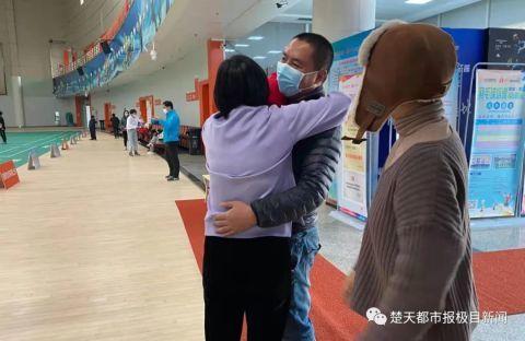 硬核老妈专程来武汉,为女儿做了件事……