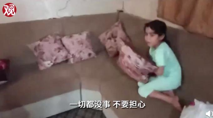 加沙父亲在空袭来临时安慰女儿 普通老百姓有什么错