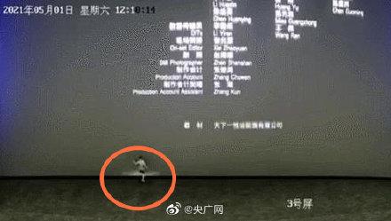 警方找到脚踢影幕儿童监护人 熊孩子踢打电影院18w荧幕致损坏