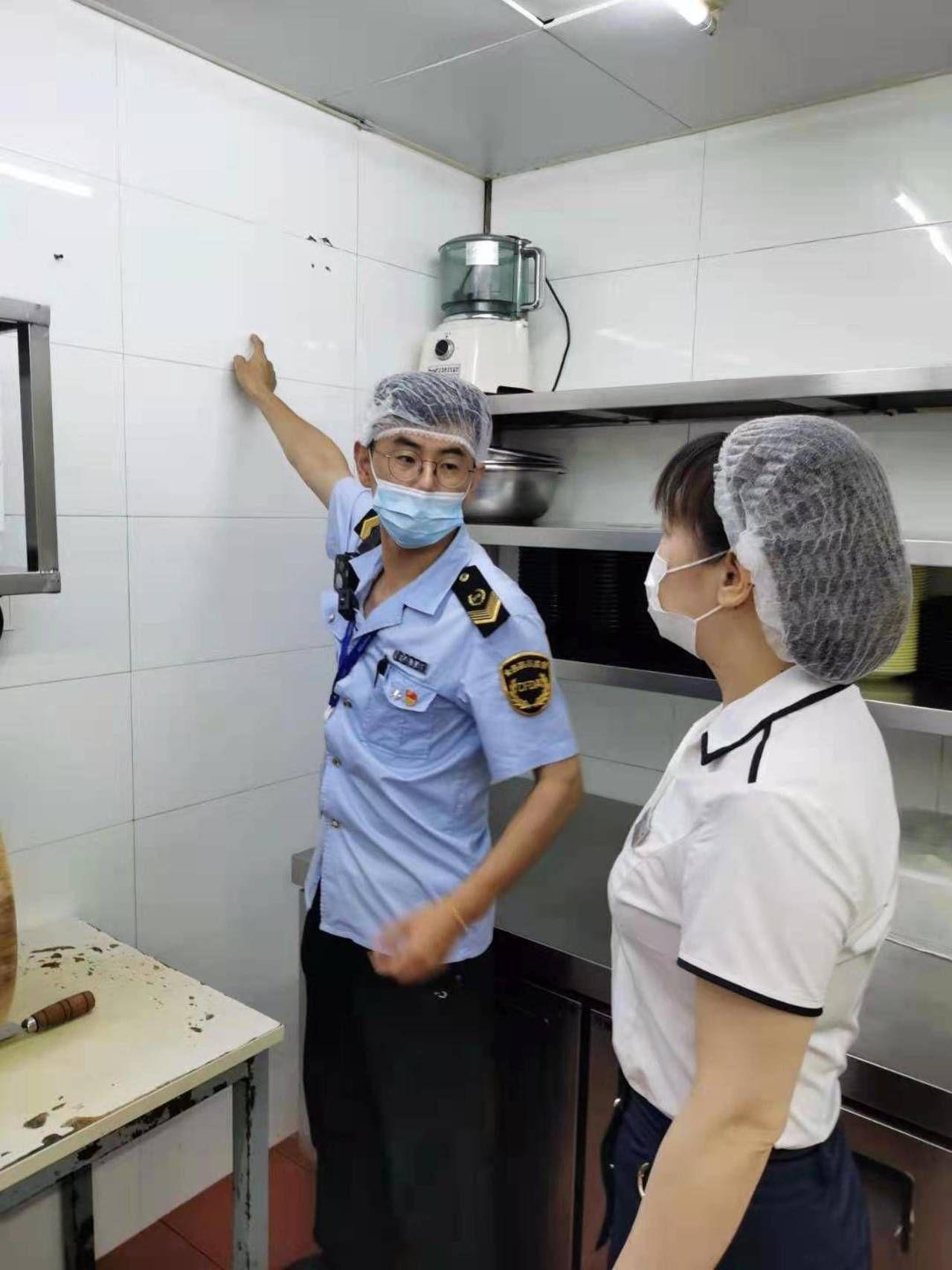 """武汉:监管人员突击检查雪松路美食街""""网红""""餐饮店厨房"""