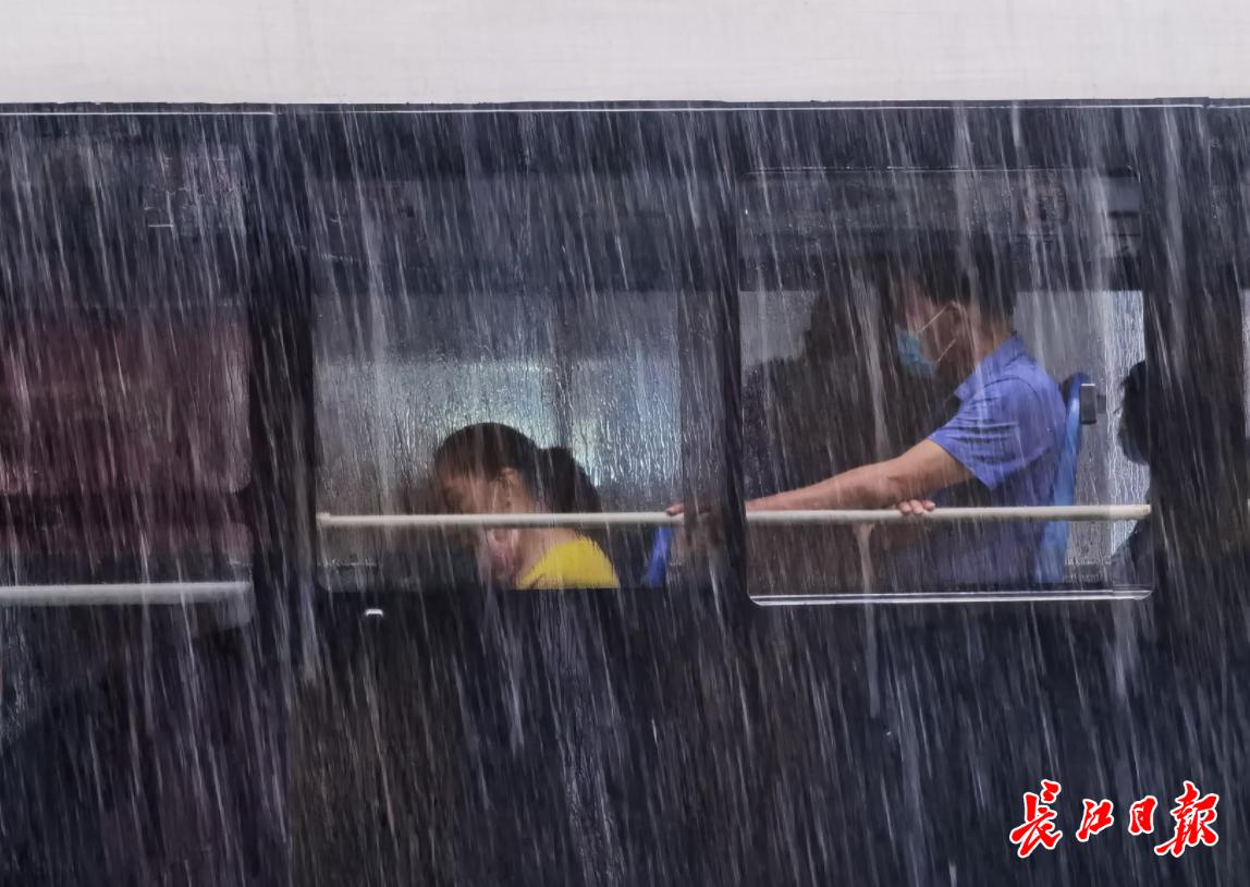 一早连发7条预警!武汉这些地方雨更大,出门记得带伞