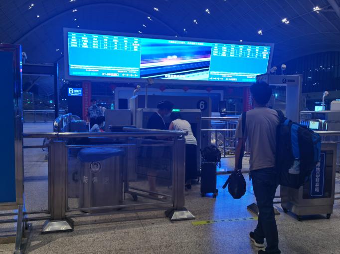 湖北日报全媒记者凌晨探访武汉站,开放候车区方便旅客休息